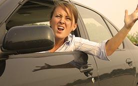 Мужчины и женщины за рулем автомобиля