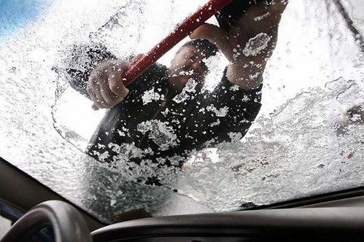 чистка машины от снега и льда
