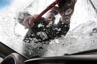Как убрать лед с лобового стекла машины